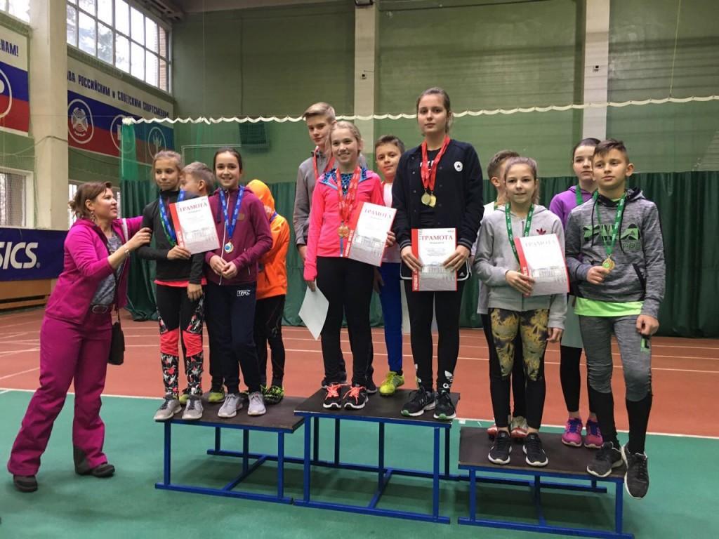 На верхнй ступени-команда-победительница в эстафете.